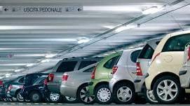 auto al interno di un parcheggio
