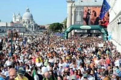 atleti durante una manifestazione podistica a venezia
